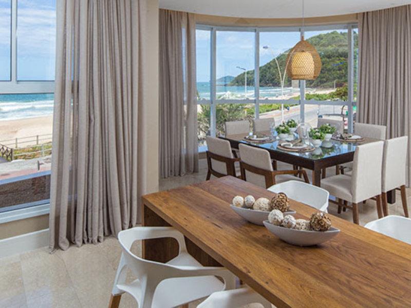 Projeto de interiores cria ambiente clean e contemporâneo na praia